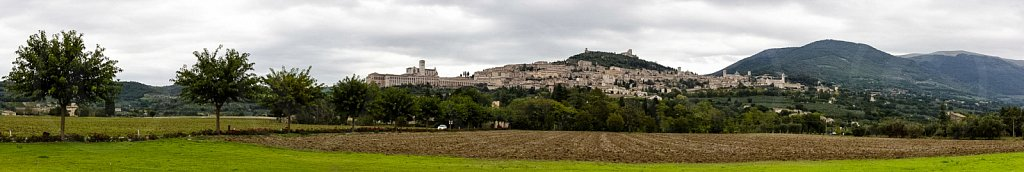 Assisi-von-unten-2-Panorama.jpg